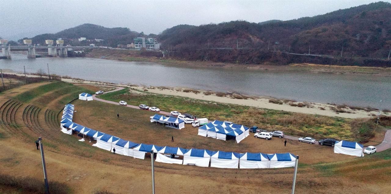 공주보가 바라다보이는 강변에서 열린 이날 행사는 비바람이 몰아치고 굳은 날씨에도 무탈하게 진행됐다.