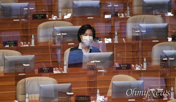 추미애 법무부장관이 19일 국회에서 열린 본회의에서 국무위원석에 앉아 있다.