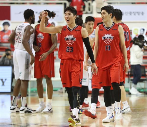이겼다 19일 울산 동천체육관에서 열린 2020-2021 프로농구 울산 현대모비스와 인천 전자랜드의 경기 종료 후 승리한 현대모비스 김민구가 기뻐하고 있다.