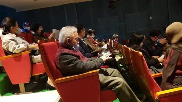 공연 지켜보는 관객들(안전거리 유지 위해 130석의 절반만 입장하였음)