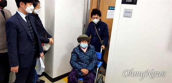 한국전쟁 전후 민간인 학살사건 피해자 15명에 대해 11월 20일 창워지방법원 마산지원애서 형사재심 무죄 선고 뒤, 유족인 이귀순(91) 할머니가 휠체어를 타고 법정에서 나오고 있다.