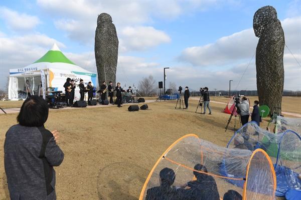임진각에 설치된 경기도 평화부지사실 앞에서 '경기팝스앙상블 개성있는 콘서트'를 보는 사람들이 박수를 치며 공연을 관람하고 있다.
