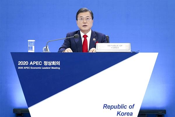 APEC 정상회의에서 발언하는 문재인 대통령 문재인 대통령이 20일 오후 청와대에서 열린 아시아태평양경제협력체(APEC) 정상회의에서 발언하고 있다. 2020.11.20