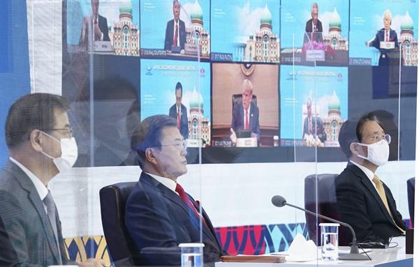 화상으로 함께하는 한-미 정상 문재인 대통령이 20일 오후 청와대에서 열린 아시아태평양경제협력체(APEC) 정상회의에 참석해 있다. 문 대통령 뒤 모니터에는 도널드 트럼프 미국 대통령이 참석한 모습이 보이고 있다. 2020.11.20