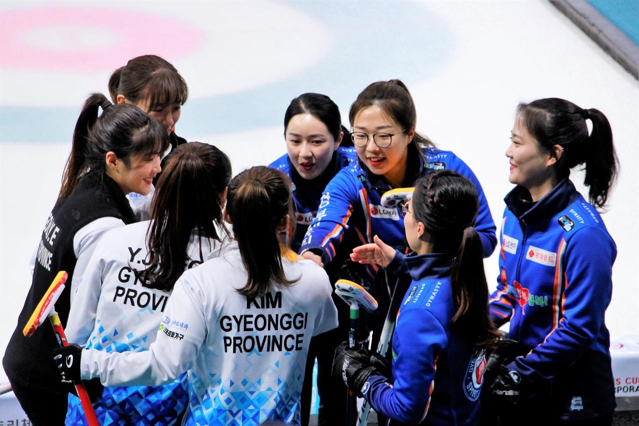 2020 KB금융 한국컬링선수권대회 여자부 20일 경기에서 경북체육회 선수들과 경기도청 선수들이 서로 인사하고 있다.