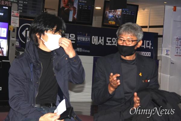 한국전쟁 전후 민간인학살사건을 다룬 다큐멘터리 영화 <태안> 첫 상영회가 열린 21일 오후 메가박스 창원점에서 구자환 감독과 출연자 김영오(유민아빠)씨가 이야기를 나누고 있다.