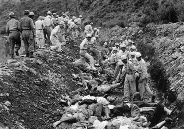 1950년대 산내 골령골 민간인 학살현장입니다. 미국 장교 애버트 소령이 찍고, NARA가 발굴했습니다.