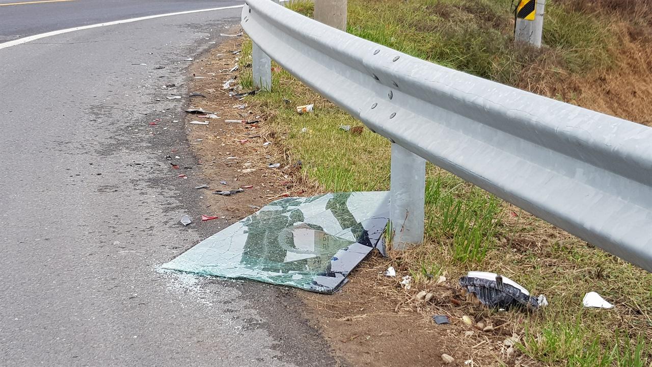 노은교 사거리 주변에는 교통사고로 인한 파편이 널려있다.