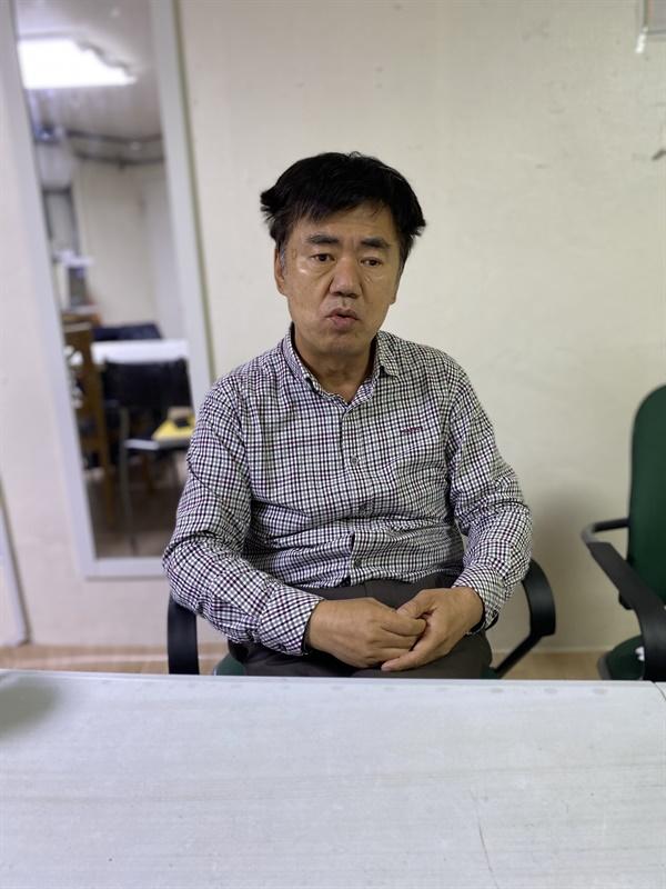 용산시민연대 사무실에서 인터뷰하고 있는 이철로 활동가