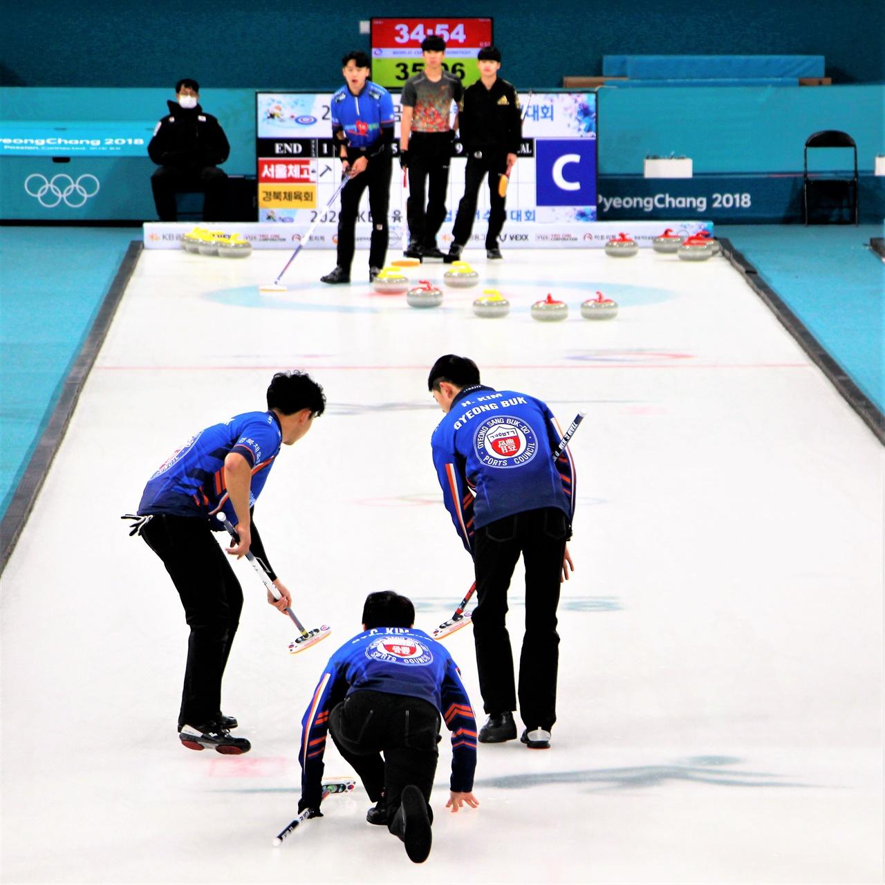 경북체육회 남자 컬링팀 선수들이 23일 열린 한국선수권 최종전에서 경기에 임하고 있다.