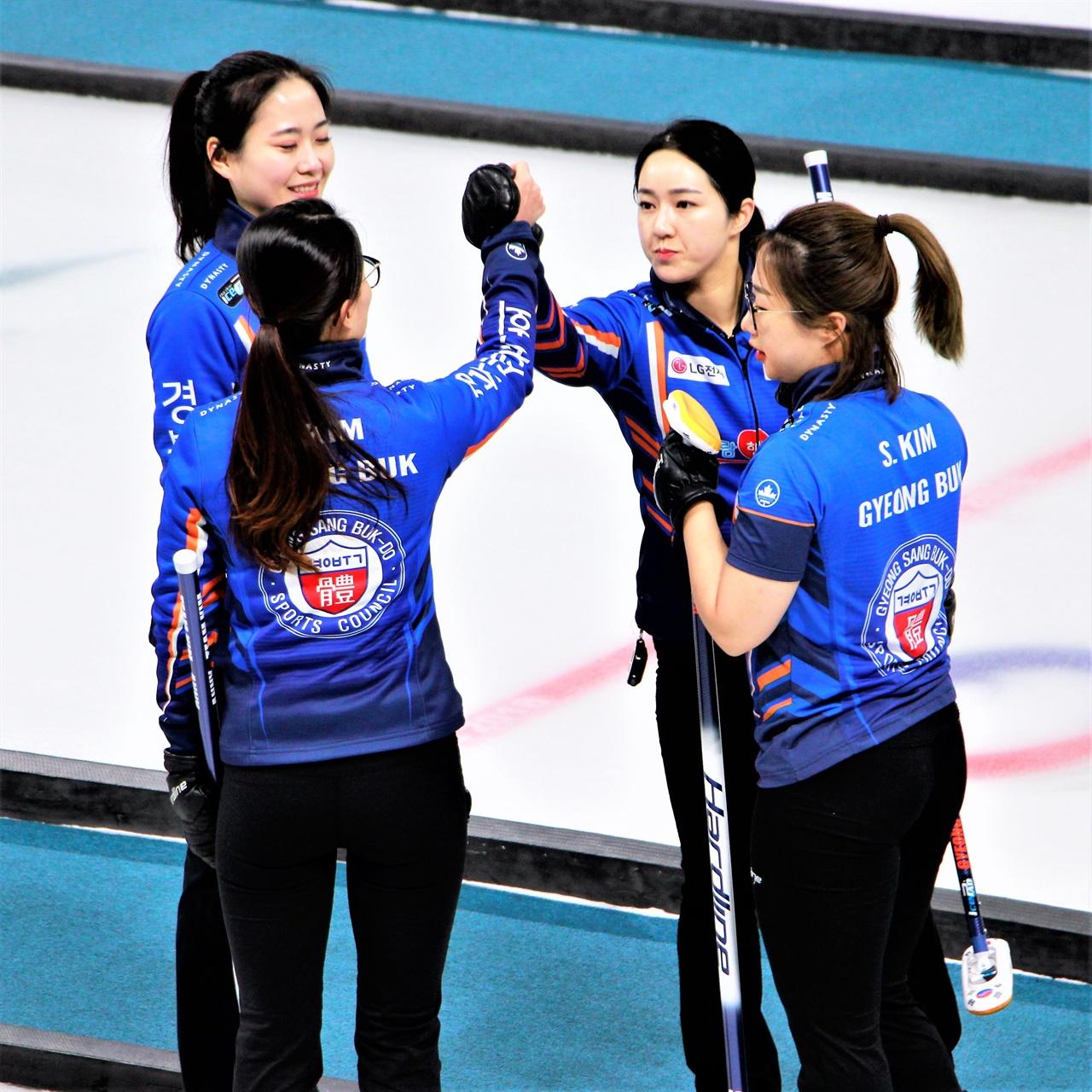 2020 한국선수권 예선 1위를 차지한 '팀 김은정' 선수들이 함께 하이파이브하고 있다.