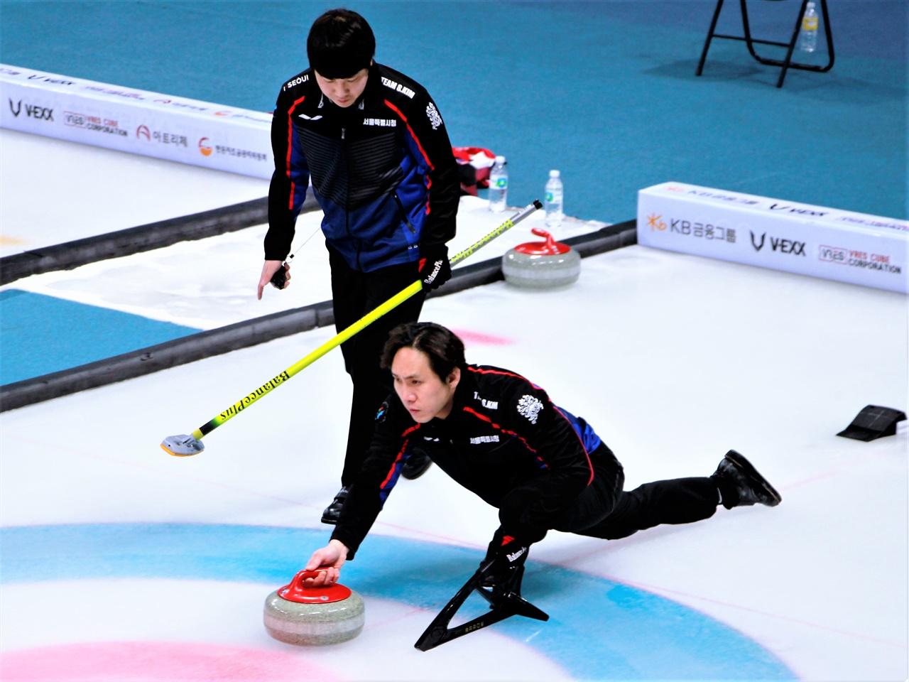 예선 3위로 결선에 진출한 서울시청 컬링팀. 김수혁 스킵(오른쪽)이 스톤을 투구하고 있다.