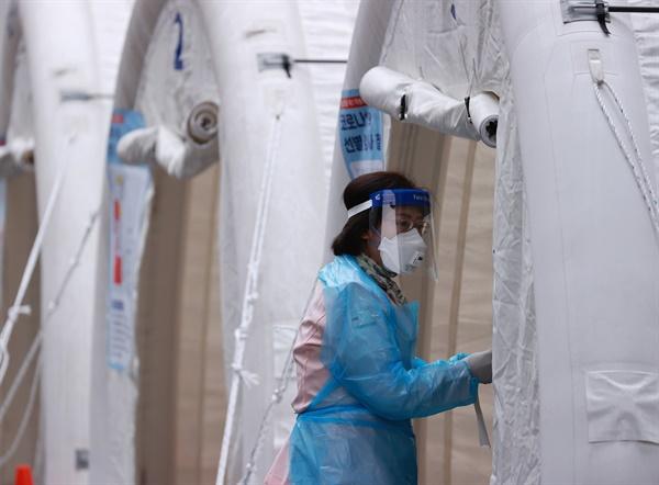 20일 서울 중구 국립중앙의료원 신종 코로나바이러스 감염증(코로나19) 선별진료소에서 병원 관계자가 검사 순서를 확인하고 있다.