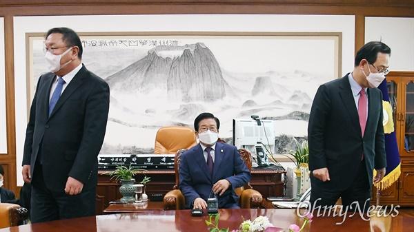 23일 오후 국회 의장실에서 더불어민주당 김태년 원내대표(왼쪽)와 국민의힘 주호영 원내대표(오른쪽)가 박병석 의장(가운데) 주재로 '공수처법 해법' 을 논의하기 위해 회동하고 있다.
