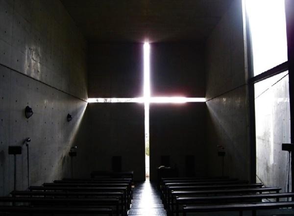 건축가 안도 다다오가 빛과 어둠을 활용하여 지은 일본 아키바라현에 위치한 '빛의 성당'