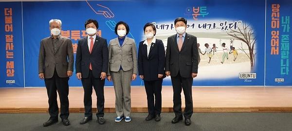 문성현 경사노위위원장, 김현정 우분투포럼 대표, 박영선 중소벤처기업부 장관, 이수진 의원 홍기원 의원이다.