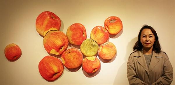 김문경 도예가는 16년째 우리 삶에서 흔히 볼 수 있는 식물과 과일을 소재로 도자기오브제를 제작하고 있다. 그 속에서 현대인의 진실과 허상, 실존에 대한 끊임없는 질문과 탐구를 이어가고 있다. 사진제공/통인화랑.