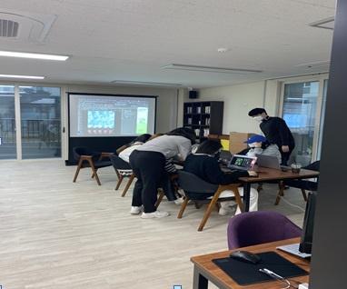 18일 오후 4시 'DREAM'에서 열린 사진반 프로그램에서 학교밖청소년들이 사진 구도 연습을 하고 있다.