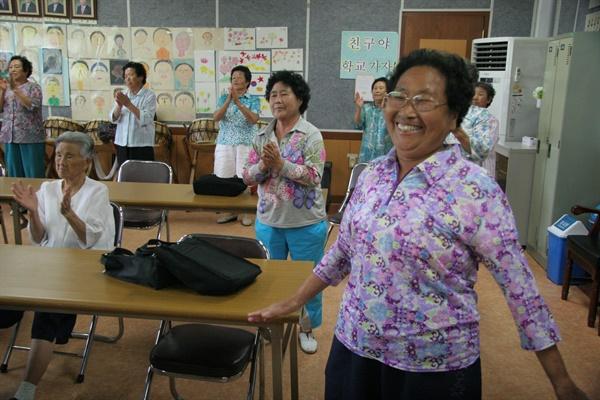 안남어머니학교에서 평생 소원이던 한글을 깨쳐 손자·손녀와 편지를 주고받게 된 할머니들이 기쁨의 눈물을 흘렸다.