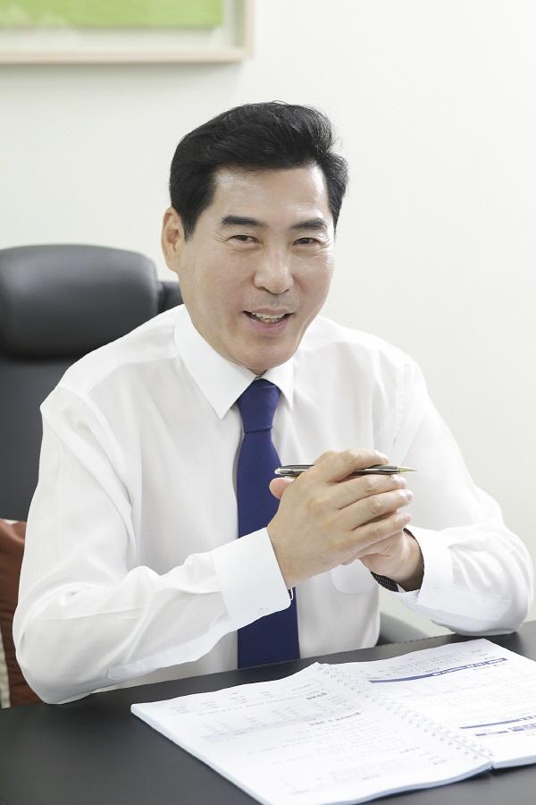 """""""김상돈 의왕시장 인터뷰""""  김상돈 의왕시장은 2121년을 '포스트 코로나 시대'로의 전환기로 전망하고, 이에 대비한 사업에 예산을 집중 편성해 집행할 것이라고 밝혔다."""