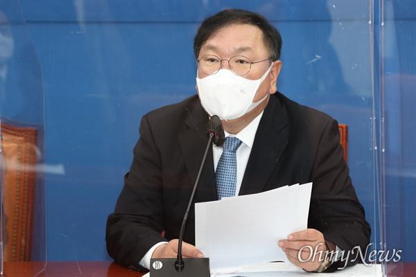 더불어민주당 김태년 원내대표가 24일 오전 서울 여의도 국회에서 열린 원내대책회의에서 발언하고 있다.