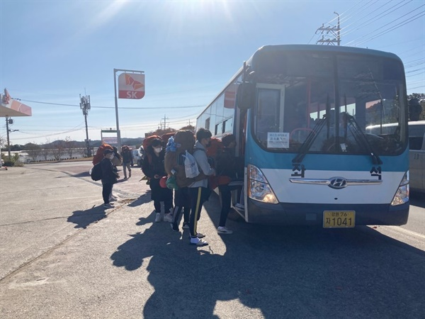 처음 온 버스 (휴대폰) 맨 처음 안내를 위해 나갔던 교사는 이 버스를 타기 위해 한 시간 20분을 기다렸다.