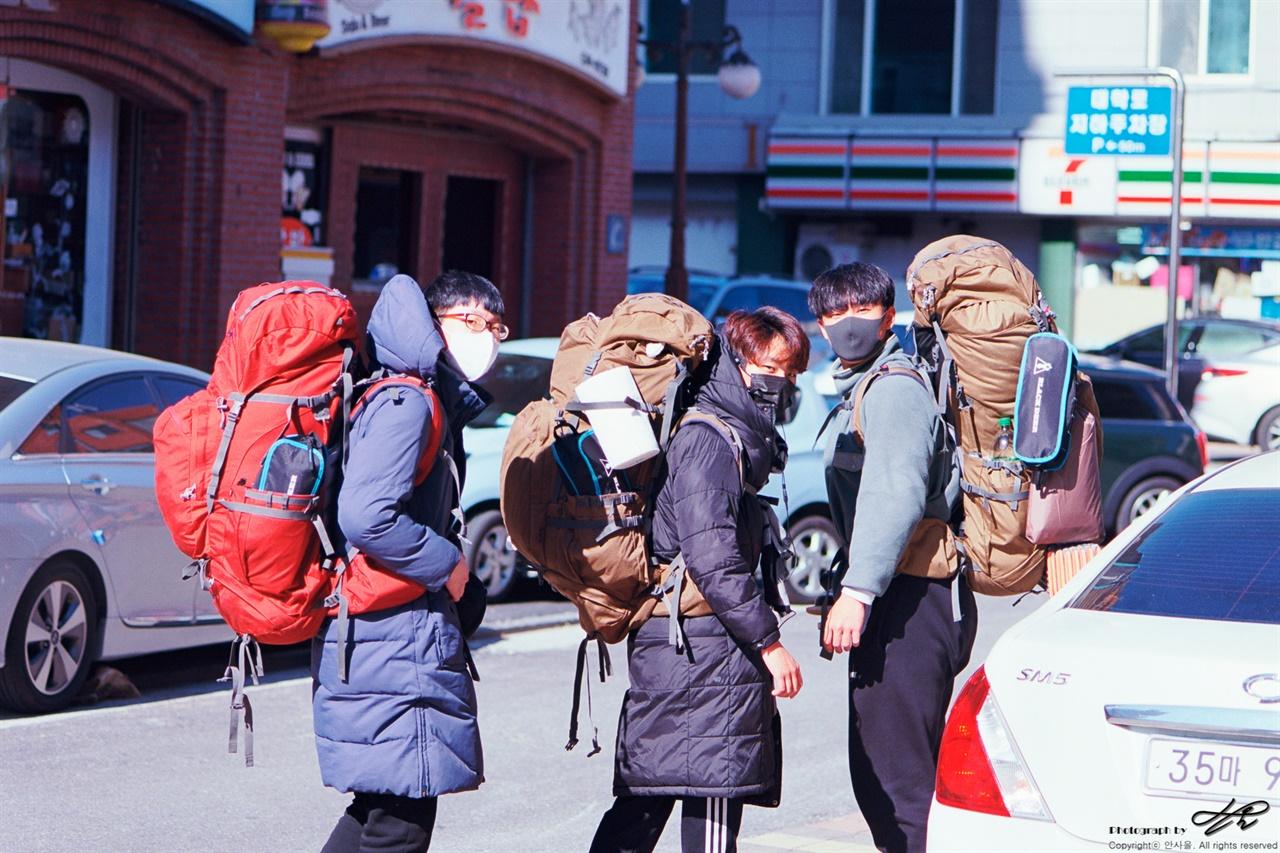 삼척의 배낭여행자들 (MZ-S/Ektar100) 이동중인 학생들
