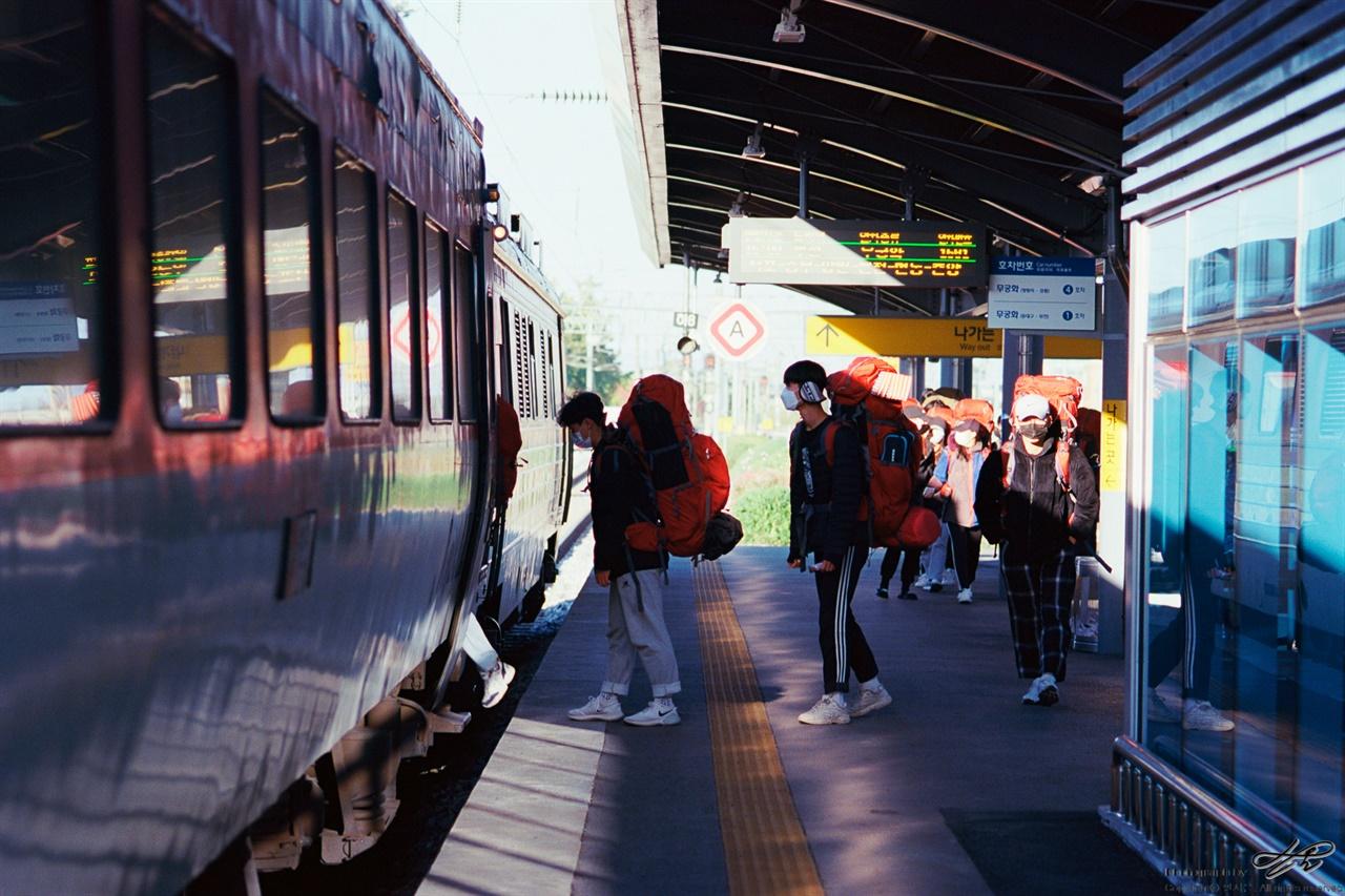 기차를 타고 (MZ-S/Ektar100) 석양빛이 일찍부터 밀려오는 늦가을, 영동선에 아이들은 몸을 실었다.