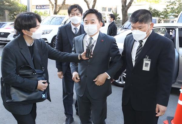 '선거법 위반' 혐의를 받는 원희룡 제주지사가 24일 오후 세번째 공판 출석을 위해 제주지법으로 들어서고 있다.
