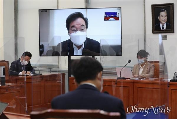 더불어민주당 이낙연 대표가 25일 서울 여의도 국회에서 열린 최고위원회의에서 화상으로 참석해 모두발언하고 있다.