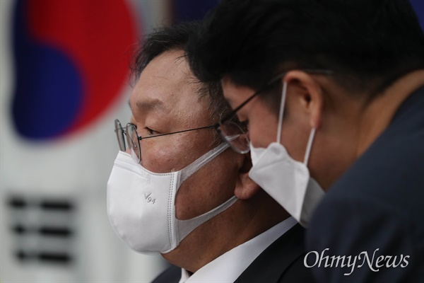 더불어민주당 김태년 원내대표가 25일 서울 여의도 국회에서 열린 최고위원회의에서 관계자의 보고를 받고 있다.