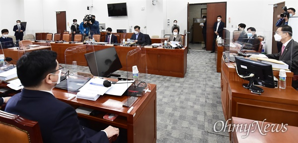25일 국회에서 열린 공수처장후보자추천위원회 전체회의에서 조재연 위원장이 발언하고 있다.