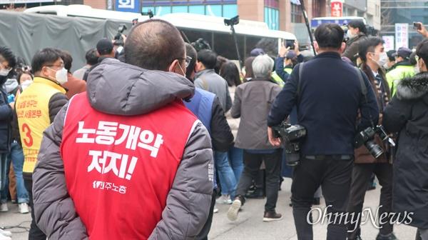 25일 서울 여의도 민주당 서울시당 앞에서 열린 민주노총 기자회견에서 경찰과 민주노총 조합원 간에 산발적인 대치 상황이 발생했다.