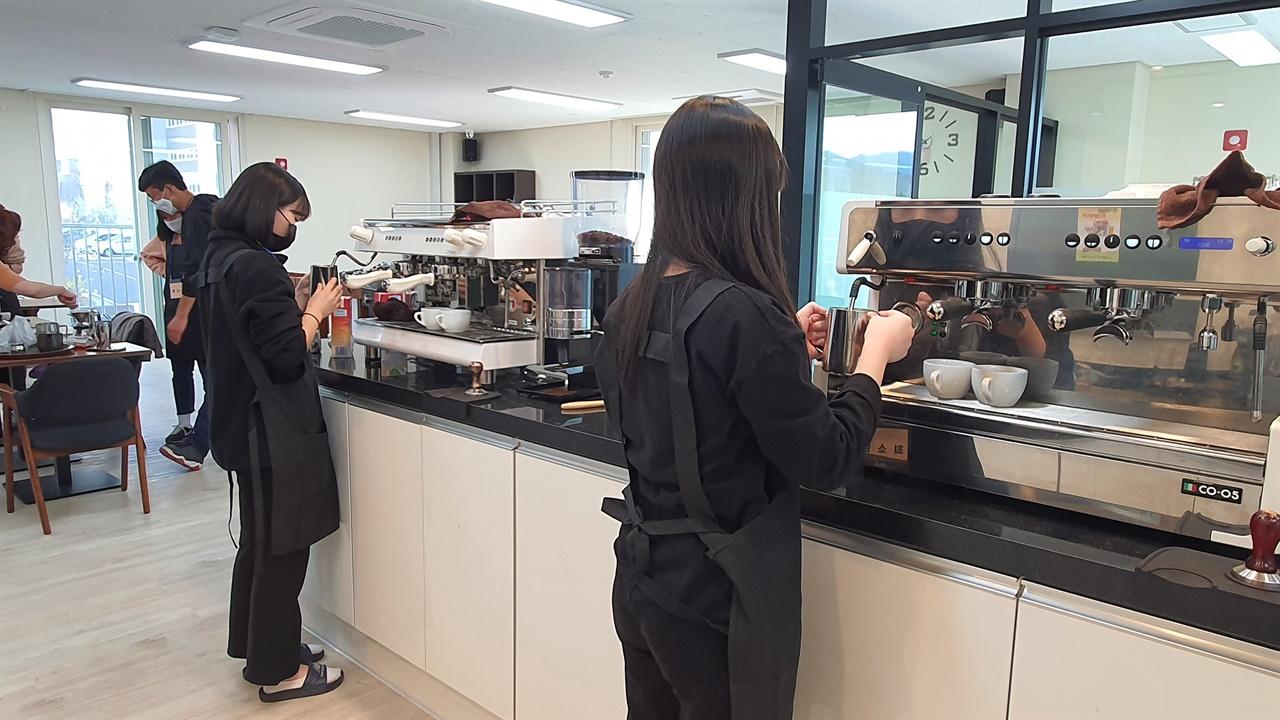 바리스타반 학생들이 수업에서 커피를 직접 내리고 있다. < 꿈드림 센터 제공>