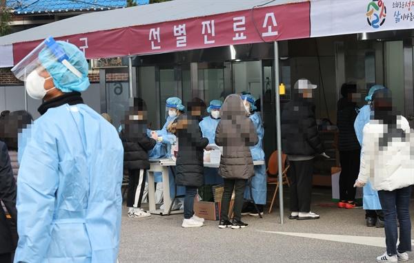 6일 오전 서울 강서구보건소 선별진료소를 찾은 시민들이 신종 코로나바이러스 감염증(코로나19) 검사를 받기 위해 차례를 기다리고 있다. 강서구에 따르면 지난 23일부터 사흘 동안 관내 에어로빅학원과 관련해 모두 52명이 확진됐다.