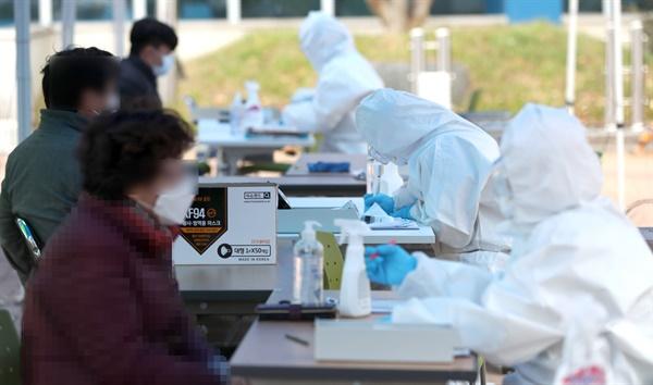 22일 오후 경남 하동군 하동보건소 입구에 마련된 신종 코로나바이러스 감염증(코로나19) 선별진료소에서 군민이 검사받고 있다.