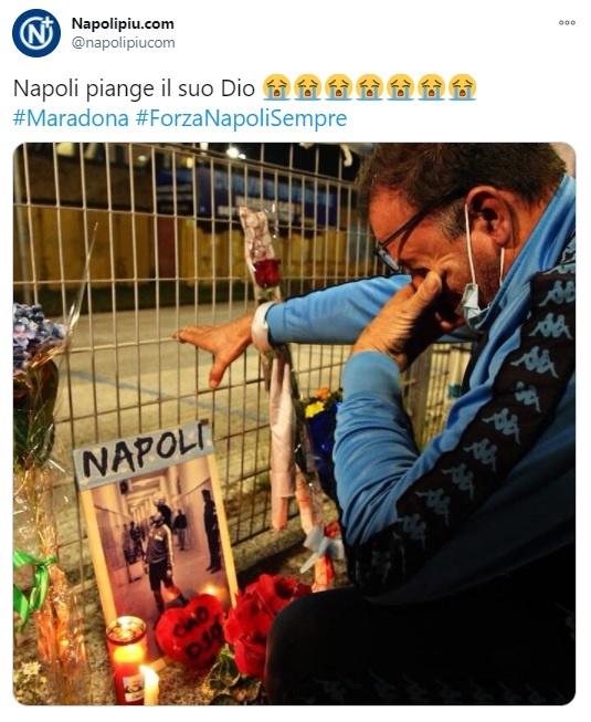 이탈리아 나폴리 시민들의 디에고 마라도나 애도 물결을 보도하는 나폴리 지역 신문 트위터 갈무리.