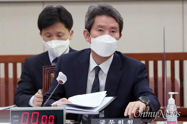 이인영 통일부 장관이 26일 서울 여의도 국회에서 열린 외교통일위원회 전체회의에서 질의에 답변하고 있다.