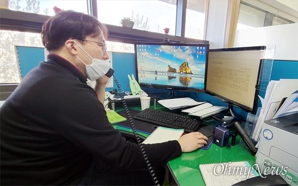 충남교육청 천안진로진학상담센터 박현동 교육연구사가 전화 상담을 하고 있다.