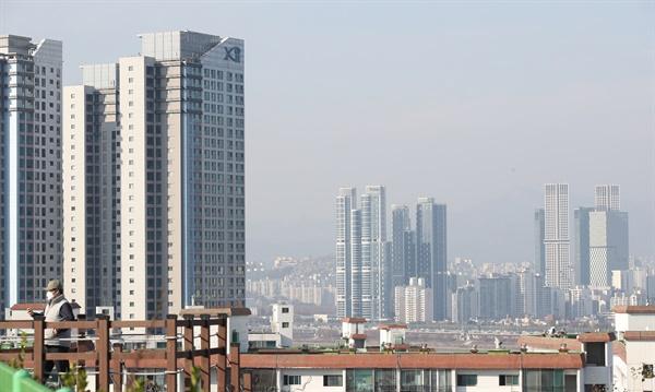 26일 한국감정원에 따르면 11월 넷째 주(23일 기준) 서울지역 아파트 전셋값이 전주대비 0.15% 올라 73주 연속 상승한 것으로 나타났다. 전국의 주간 아파트 전셋값은 0.30% 상승했으며 수도권은 0.26%에서 0.25%로 상승폭이 줄었지만, 지방은 0.33%에서 0.34%로 상승폭이 커진 것으로 나타났다. 사진은 이날 오후 서울 강남구와 성동구의 아파트 모습.