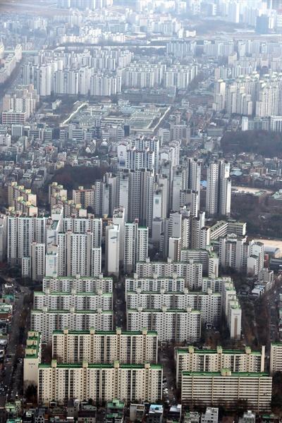 올해 종합부동산세(종부세)가 고지되면서 고지서를 받아든 종부세 대상자들의 불만이 커지고 있다. 반면, 최근 집값이 급등해 고가주택 보유자들의 재산 가치가 수억 원씩 올라간 것을 고려하면 종부세 납부는 당연한 것 아니냐는 목소리도 나온다. 사진은 25일 서울 송파지역 아파트.