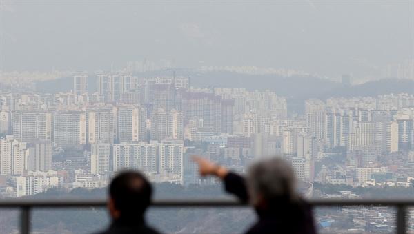 정부의 잇따른 부동산 대책에도 불구, 향후 집값이 더 오를 것으로 예상하는 소비자가 오히려 더 늘었다. 한국은행이 24일 발표한 '2020년 11월 소비자동향조사' 결과에 따르면, 주택가격전망지수는 130으로 2013년 1월 집계가 시작된 이래 가장 높았다. 사진은 이날 오후 서울시내 아파트.