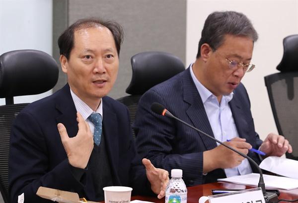2019년 11월 5일 오전 국회 의원회관에서 열린 대안신당 초청간담회, '공수처법, 핵심 쟁점은 무엇인가?'에서 이완규 변호사가 발언하고 있다. 오른쪽은 유성엽 대표.
