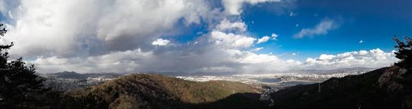 아차산 정상부에서 바라본 장대한 풍광 아차산 자락 용마산 근처에서의 조망. 왼편이 중곡동 오른쪽은 구리 방면.