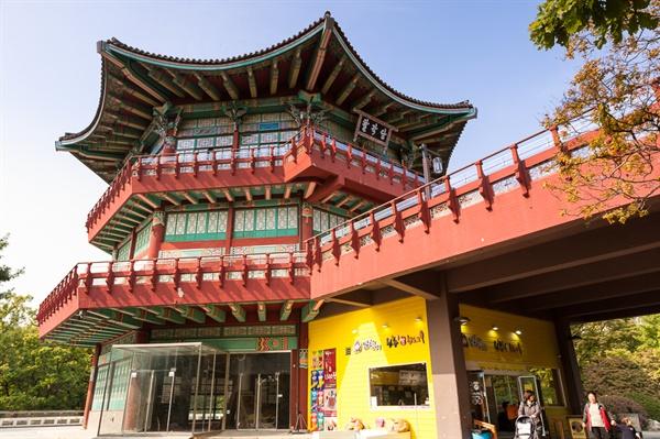서울어린이대공원의 랜드마크인 팔각당 1층만 편의점으로 운영하고 있으며 2, 3층은 휴업 중이다.