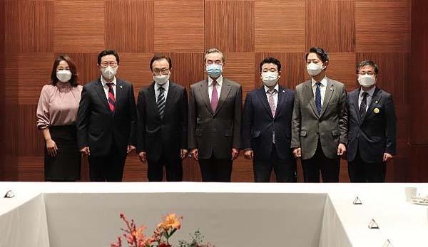 왕이 중국 국무위원 겸 외교부장이 26일 오후 이해찬 전 더불어민주당 대표 일행과 만찬을 가졌다. 왼쪽부터 민주당 이재정·김한정 의원, 이 전 대표, 왕이 부장, 박정·김영호·김성환 의원.