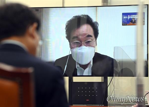 더불어민주당 이낙연 대표가 27일 오전 국회에서 열린 최고위원회의에 화상으로 참석해 발언하고 있다.