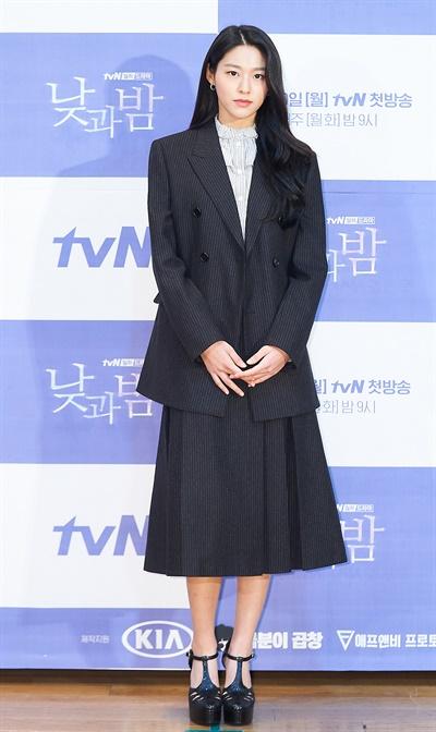 '낮과 밤' 김설현, 깊어진 가을느낌 김설현 배우가 25일 오후 열린 tvN 새 월화드라마 <낮과 밤> 온라인 제작발표회에서 포즈를 취하고 있다. <낮과 밤>은 현재 일어나는 미스터리한 사건들과 연관 있는, 28년 전 한 마을에서 일어난 의문의 사건에 대한 비밀을 파헤치는 예고 살인 추리극이다. 30일 월요일 밤 9시 첫 방송.