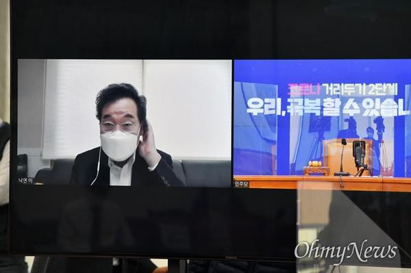 더불어민주당 이낙연 대표가 27일 오전 국회에서 열린 최고위원회의에 화상으로 참석, 회의 시작을 기다리고 있다.