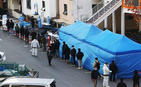 27일 동작구청에 마련된 선별진료소에 시민들이 코로나19 검사를 받기 위해 줄을 서 있다.